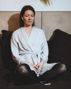 Kuuntelen usein pienen meditaatioharjoituksen silloin kun kierrokset lähtevät liian koviksi.